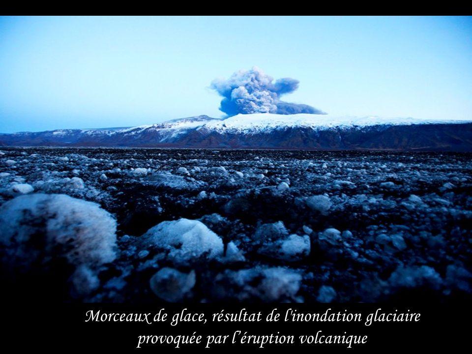 Cette photo aérienne montre les tourbillons de fumées et de cendres du volcan Eyjafjallajökull … cétait le 17 avril 2010.