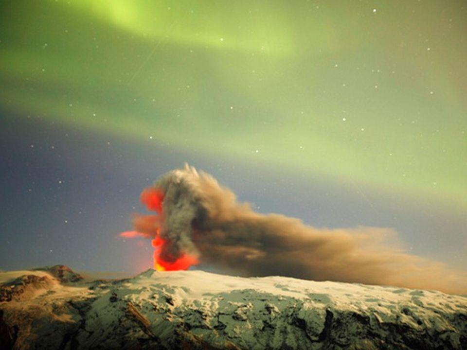 Féerie du contraste formé avec les aurores boréales