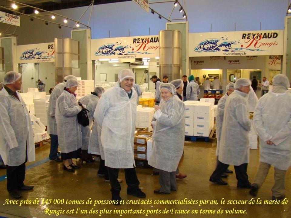 Avec près de 145 000 tonnes de poissons et crustacés commercialisées par an, le secteur de la marée de Rungis est lun des plus importants ports de France en terme de volume.
