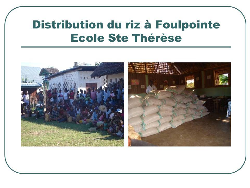 Distribution du riz à Foulpointe Ecole Ste Thérèse