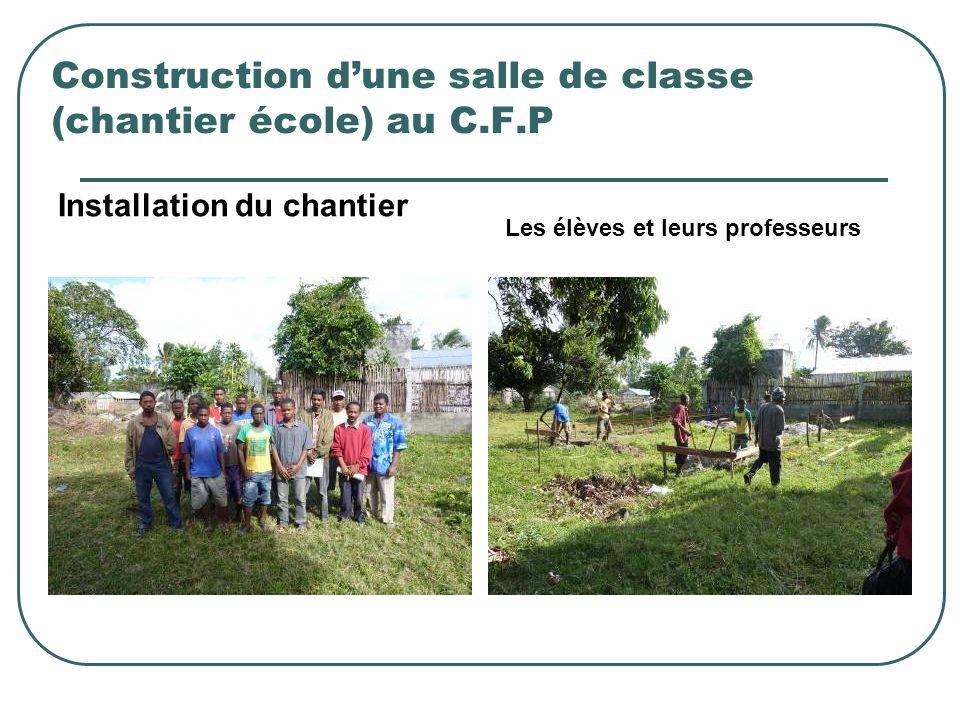 Construction dune salle de classe (chantier école) au C.F.P Installation du chantier Les élèves et leurs professeurs