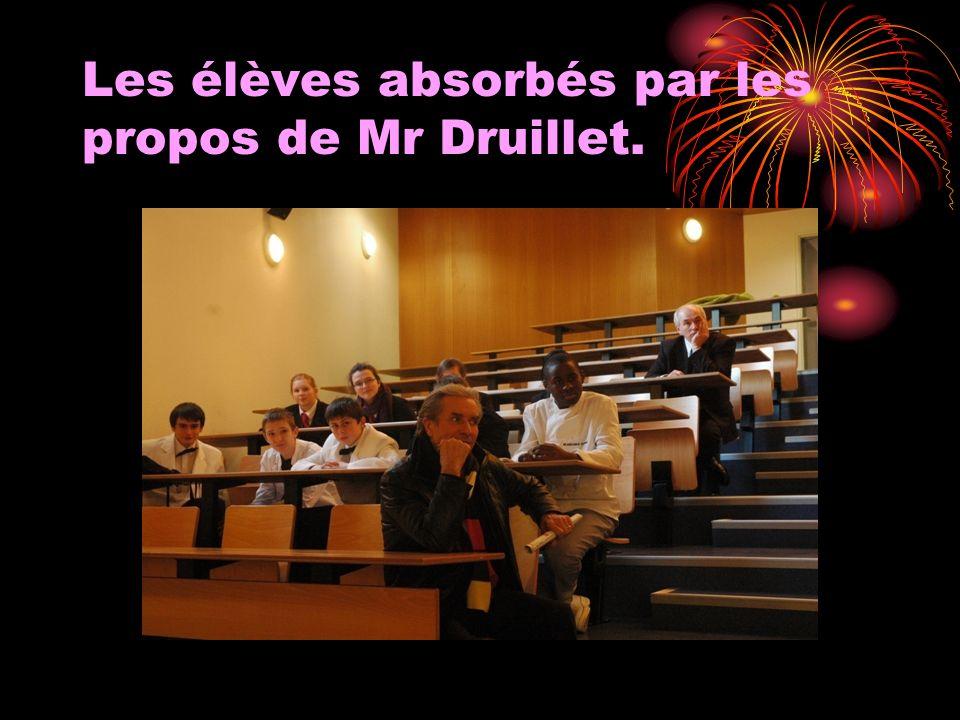 Les élèves absorbés par les propos de Mr Druillet.