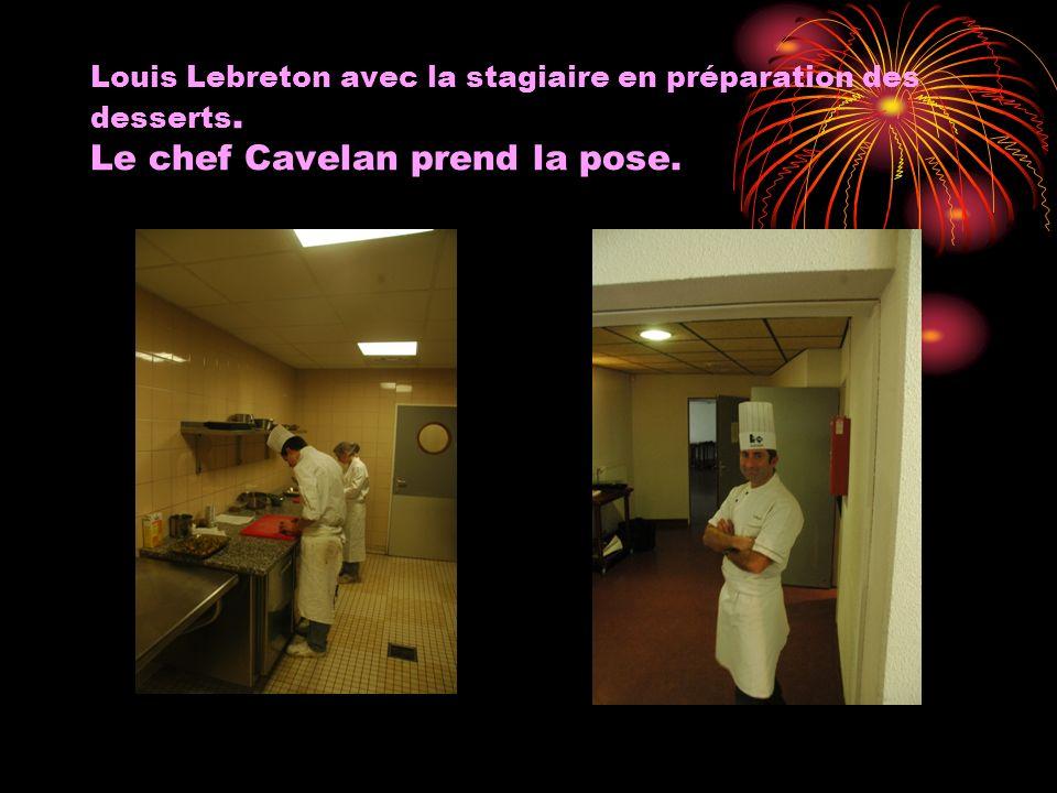 Louis Lebreton avec la stagiaire en préparation des desserts. Le chef Cavelan prend la pose.