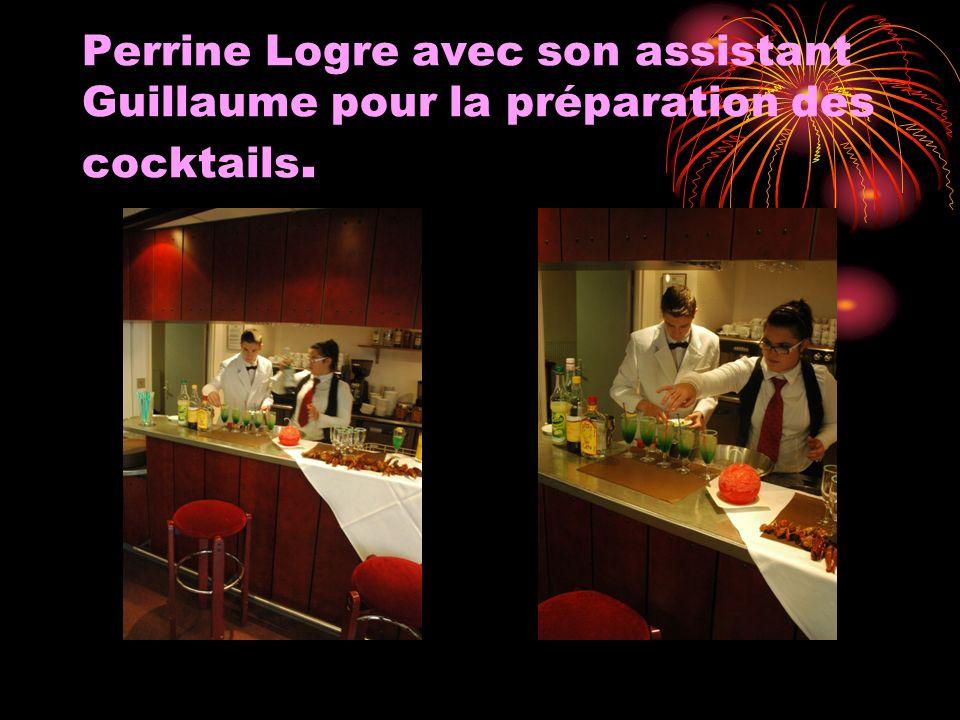 Perrine Logre avec son assistant Guillaume pour la préparation des cocktails.