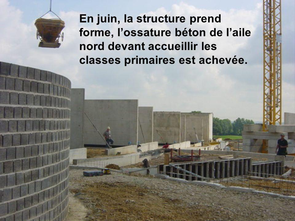 En juin, la structure prend forme, lossature béton de laile nord devant accueillir les classes primaires est achevée.