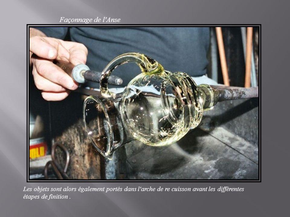Façonnage de l Anse Les objets sont alors également portés dans l arche de re cuisson avant les différentes étapes de finition.
