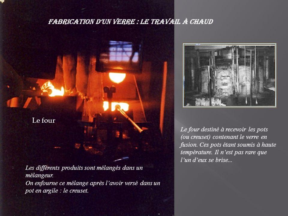 Fabrication dun verre : Le travail à chaud Le four destiné à recevoir les pots (ou creuset) contenant le verre en fusion.