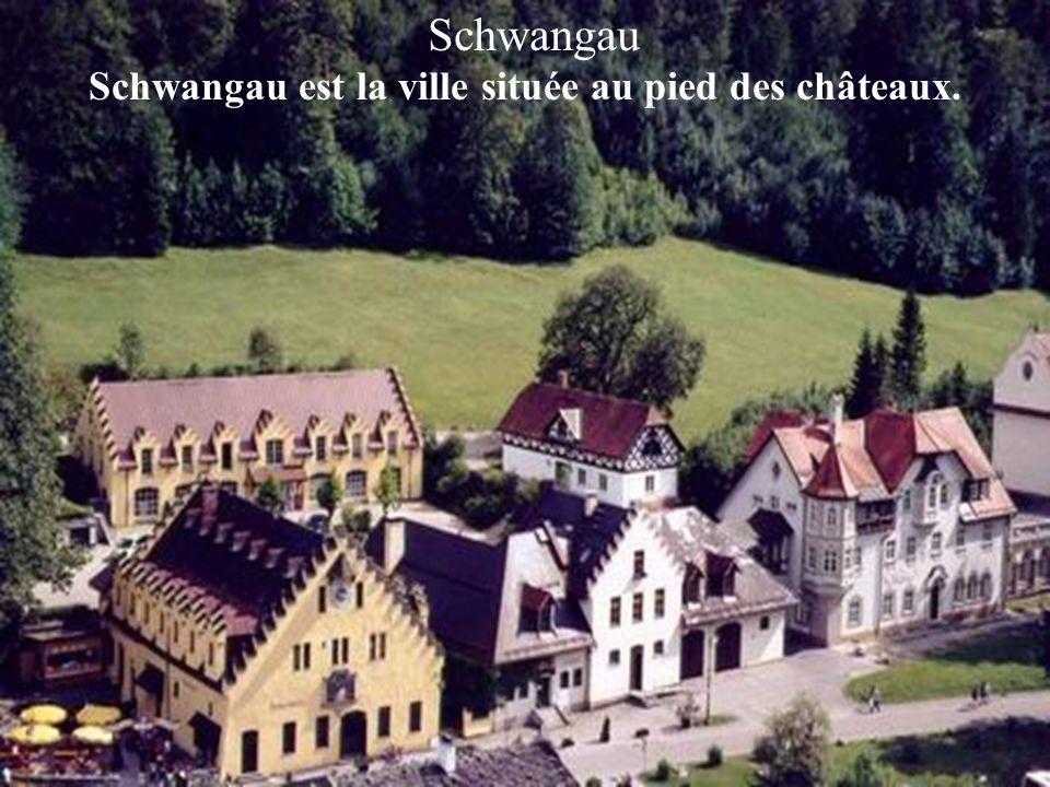 Le château de Neuchwanstein est le plus beau et le plus connu des châteaux de contes de fées du roi Louis 11 de Bavière.