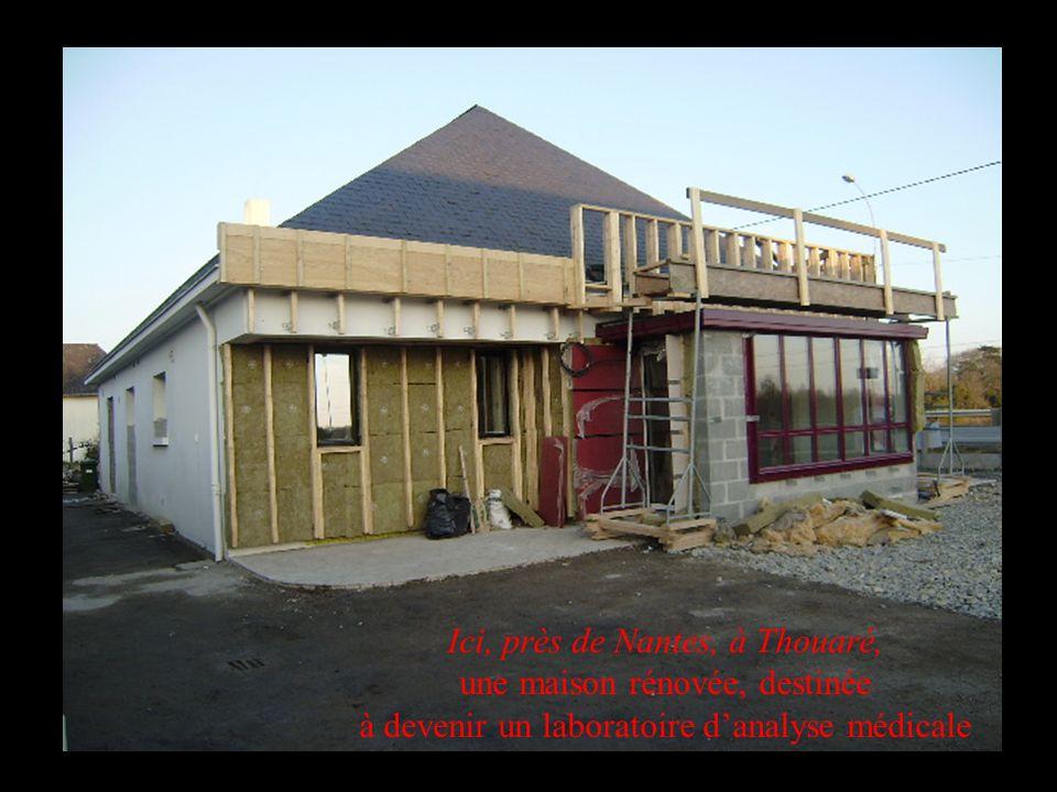 Ici, près de Nantes, à Thouaré, une maison rénovée, destinée à devenir un laboratoire danalyse médicale
