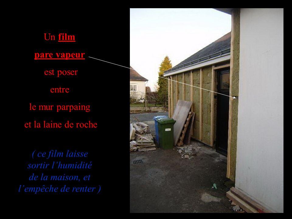 Un film pare vapeur est poser entre le mur parpaing et la laine de roche ( ce film laisse sortir lhumidité de la maison, et lempêche de renter )