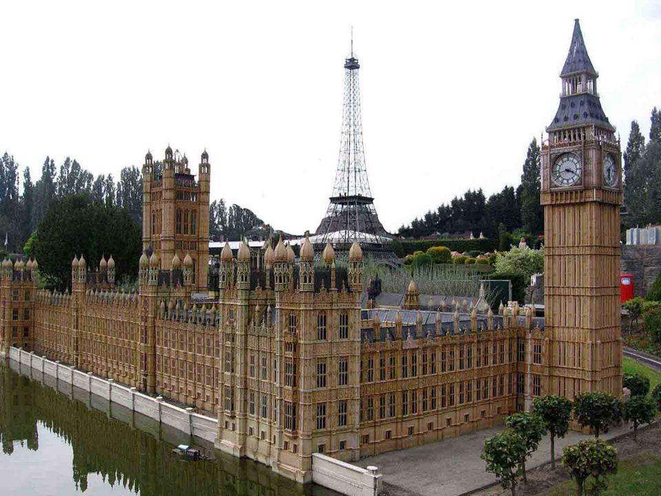 La plupart des monuments sont construits par moulage.