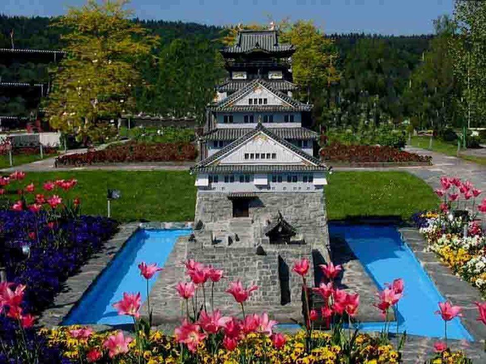 Des couvre-sols, des arbres-nains, des bonsaïs et des arbres greffés sont utilisés près des monuments miniatures, alors que des buissons classiques et des fleurs agrémentent la promenade.