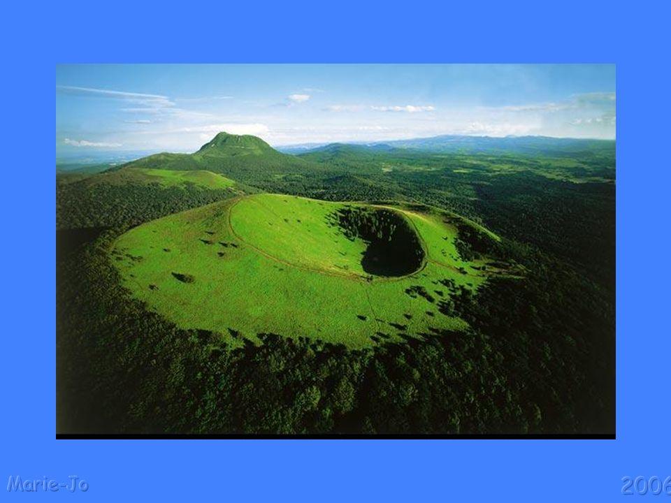 Pourquoi y a-t-il des volcans ? Elle sest refroidie peu à peu et au cours du temps sa croûte rocheuse sest solidifiée. La croûte terrestre est extrême