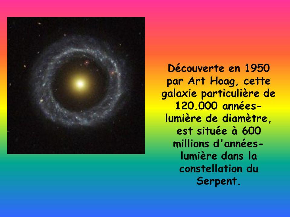 Découverte en 1950 par Art Hoag, cette galaxie particulière de 120.000 années- lumière de diamètre, est située à 600 millions d'années- lumière dans l