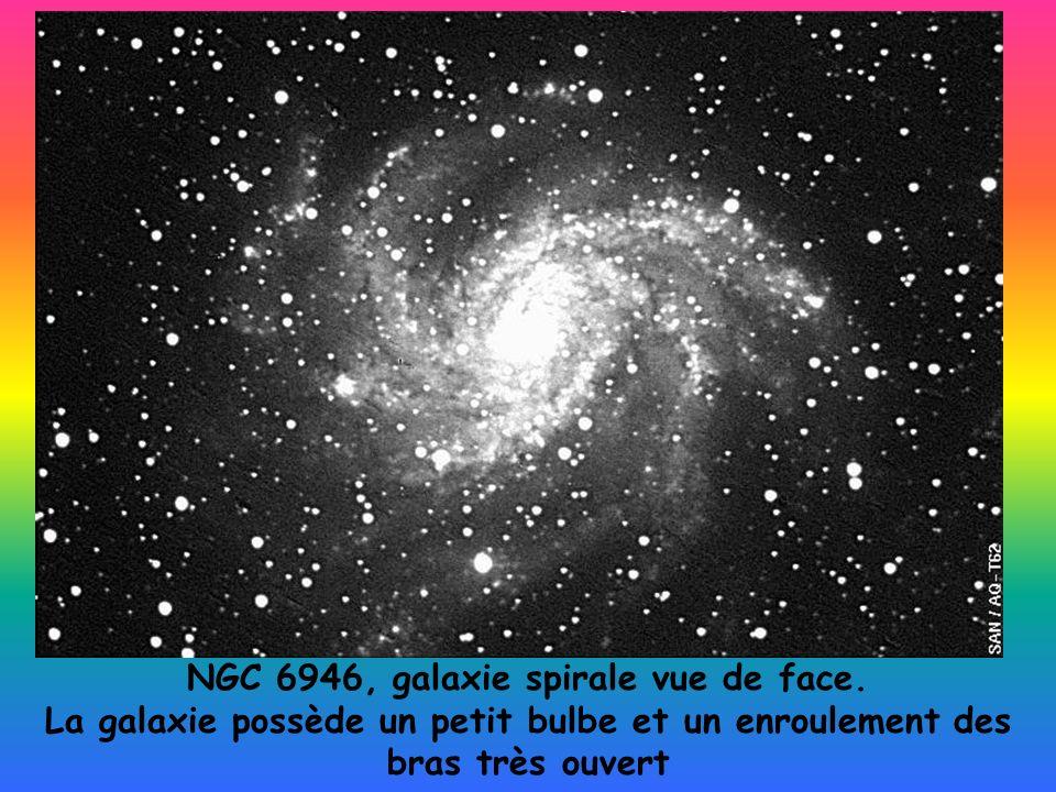 NGC 6946, galaxie spirale vue de face. La galaxie possède un petit bulbe et un enroulement des bras très ouvert
