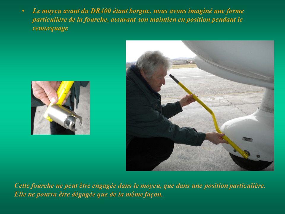 Le moyeu avant du DR400 étant borgne, nous avons imaginé une forme particulière de la fourche, assurant son maintien en position pendant le remorquage Cette fourche ne peut être engagée dans le moyeu, que dans une position particulière.