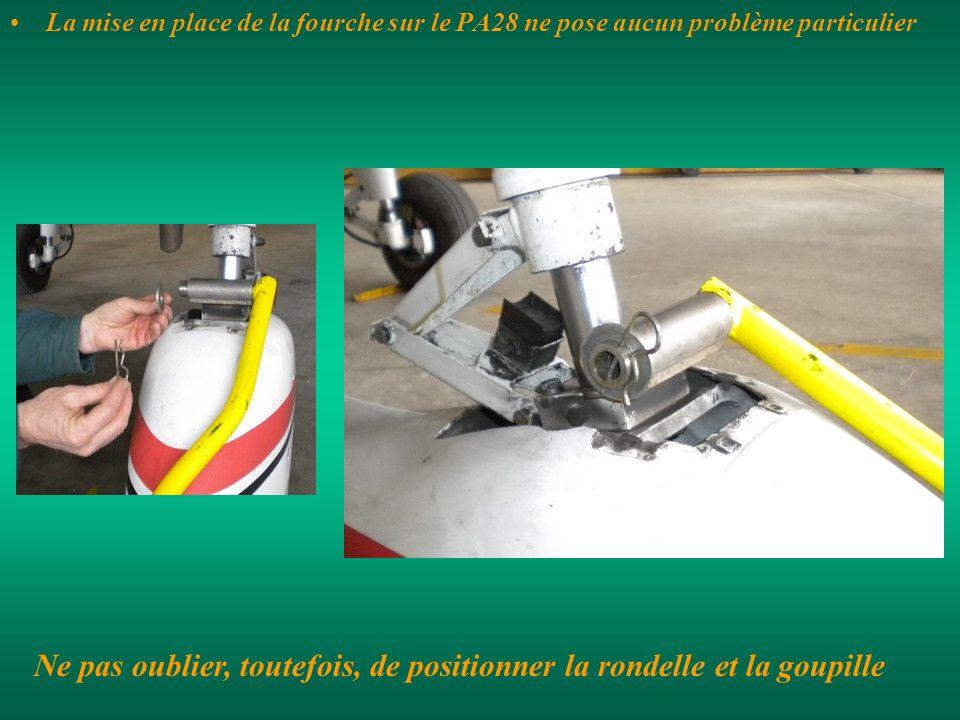 La mise en place de la fourche sur le PA28 ne pose aucun problème particulier Ne pas oublier, toutefois, de positionner la rondelle et la goupille