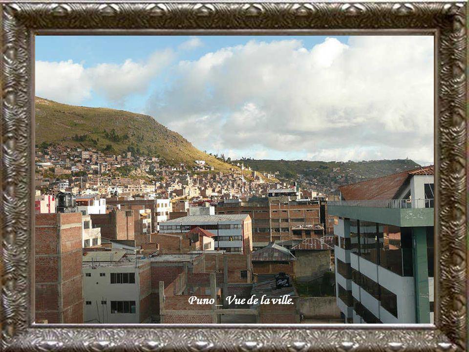 Puno, Plan de la ville sur le bord du lac Titicaca, Alt. :3827mètres 150,000 habitants