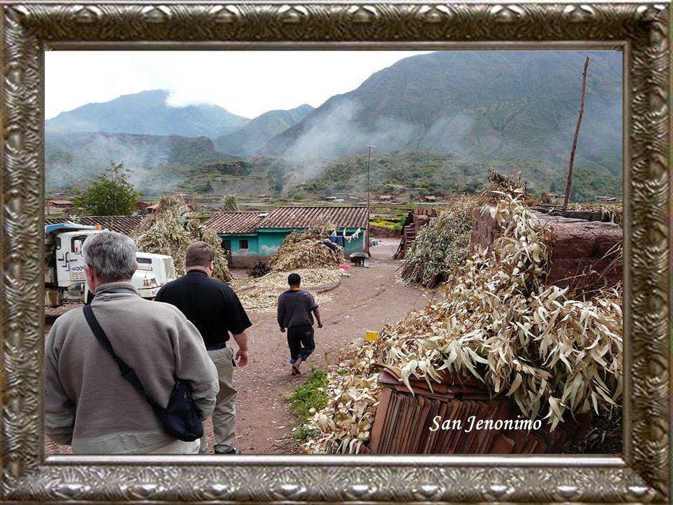 Traversé par la frontière entre Pérou et Bolivie, le Titicaca – plus haut lac navigable du monde – s'étend dans la cordillière des Andes sous le 16° d