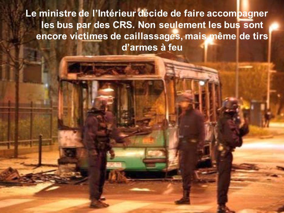 A Tremblay-en-France (Seine-Saint-Denis), des bus sont caillassés ou incendiés en représailles darrestations de trafiquants de drogue.