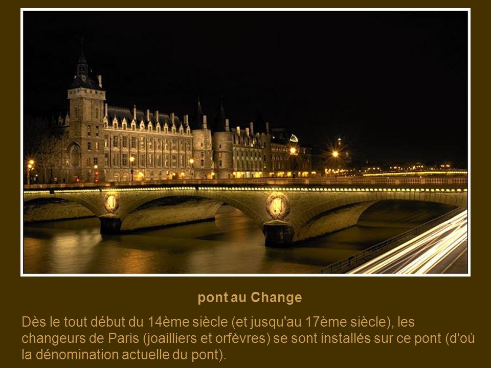 pont du Carrousel Son revêtement en pierre de taille lui permet de s'harmoniser avec le cadre du Louvre.