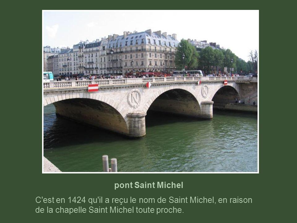 Petit Pont C'est à l'occasion de la transformation du petit bras de la Seine en voie navigable que le pont actuel a été construit (1853).