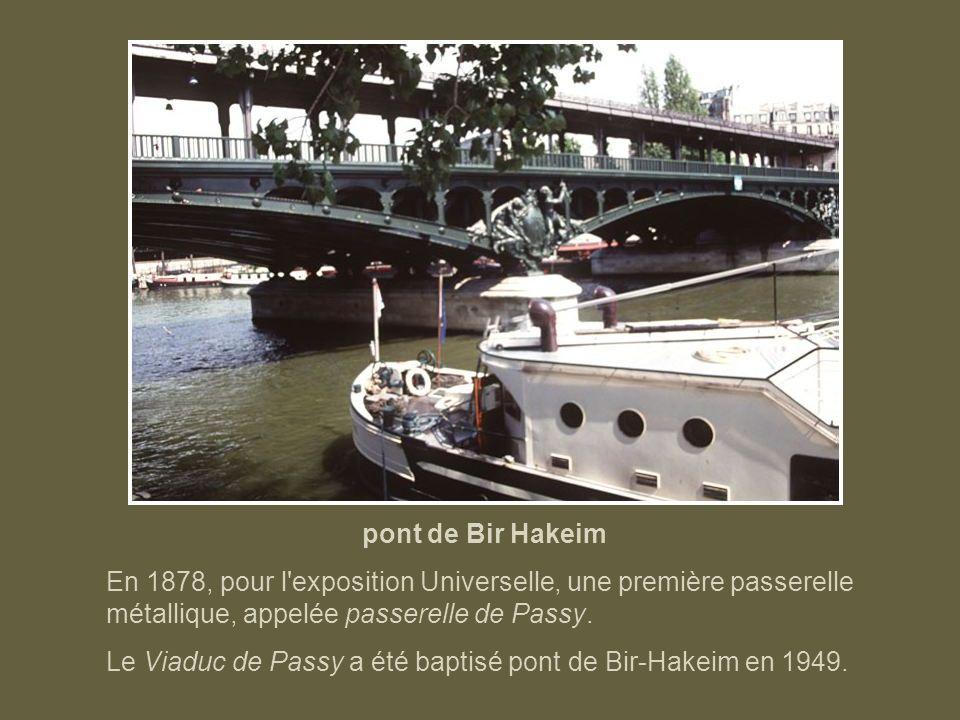 pont de Grenelle Sur l'allée des Cygnes qui sépare le pont en deux parties, un rond-point supporte une statue de bronze, réduction de la liberté éclai