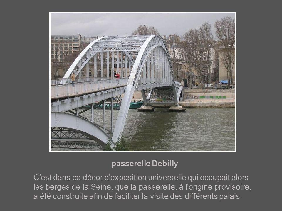 pont d'Iéna A ses 4 extrémités, le pont comporte des sculptures de guerriers : un gaulois, un romain, un arabe et un grec.
