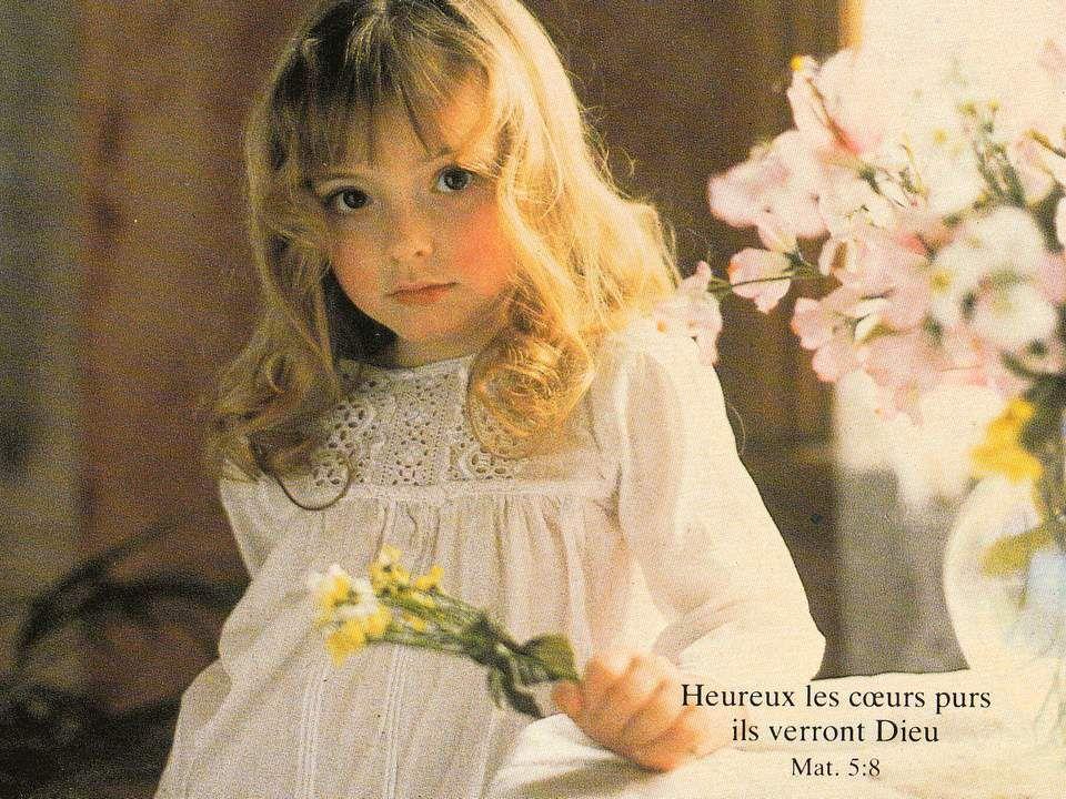 La petite fille qui pleure dans son lit, sa maman arrive bien vite pour la consoler, et les baisers, les câlins maternels sont si doux que lenfant se