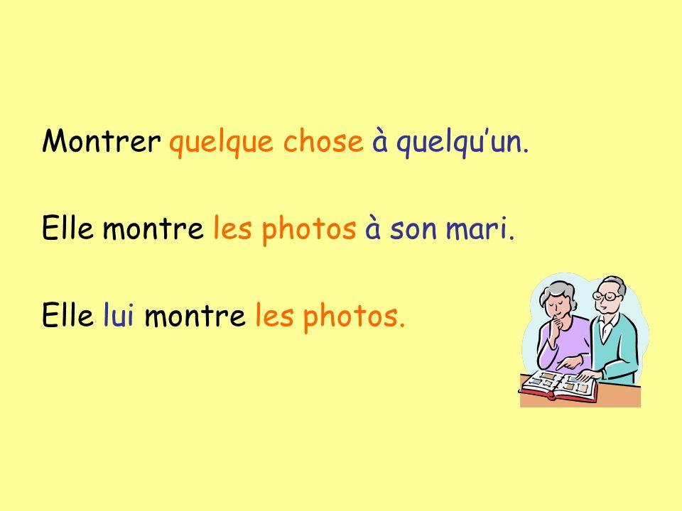 Montrer quelque chose à quelquun. Elle montre les photos à son mari. Elle lui montre les photos.