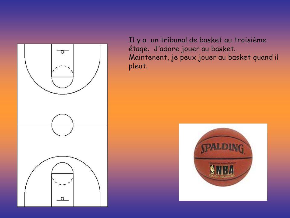 Il y a un tribunal de basket au troisième étage. Jadore jouer au basket. Maintenent, je peux jouer au basket quand il pleut.