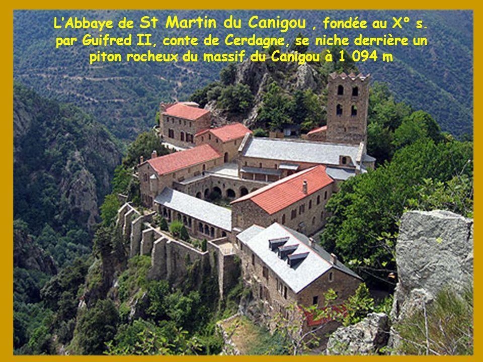 Le Canigou domine la plaine du Roussillon et la Cerdagne toute proche Coucher de soleil sur létang de Soubiran au pied du Carlit