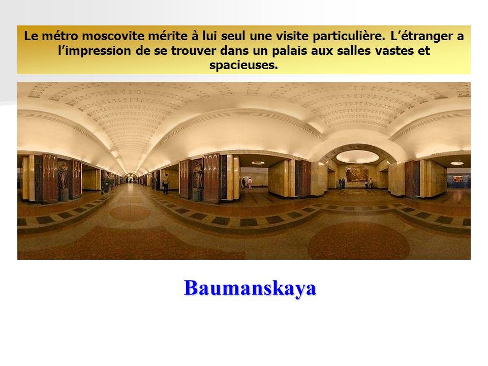 Belorusskaya Il est frappé par la richesse de ses marbres et de ses lustres, sa décoration fastueuse, ses médaillons et ses mosaïques, ses colonnades et ses sculptures qui évoquent les grands évènements de lhistoire de la Russie ancienne et moderne