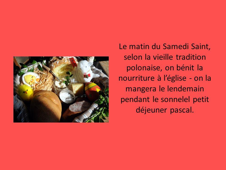 Le matin du Samedi Saint, selon la vieille tradition polonaise, on bénit la nourriture à léglise - on la mangera le lendemain pendant le sonnelel peti
