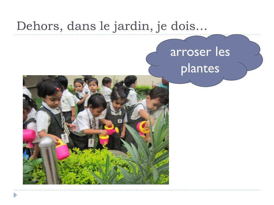 Dehors, dans le jardin, je dois… arroser les plantes