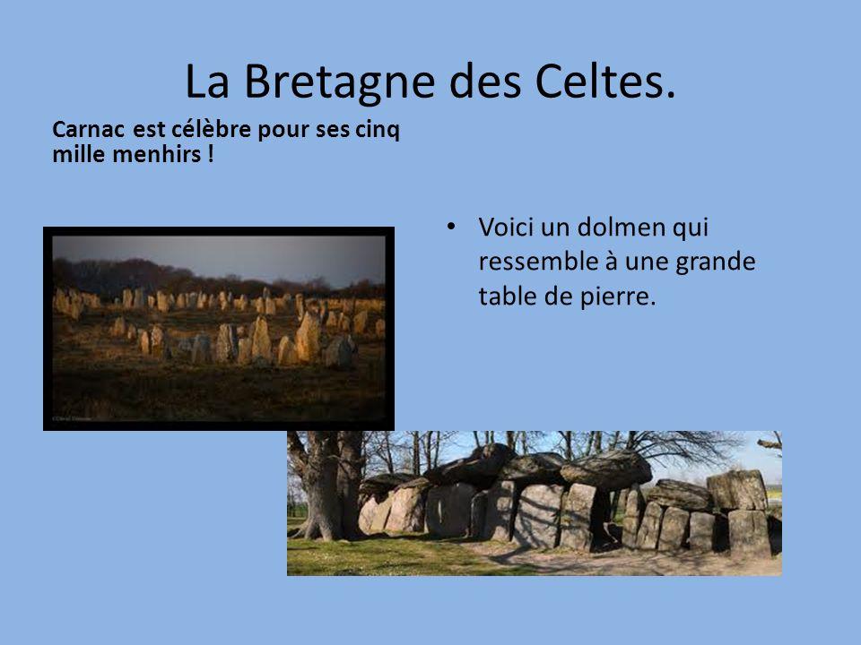 La Bretagne des Celtes. Carnac est célèbre pour ses cinq mille menhirs ! Voici un dolmen qui ressemble à une grande table de pierre.