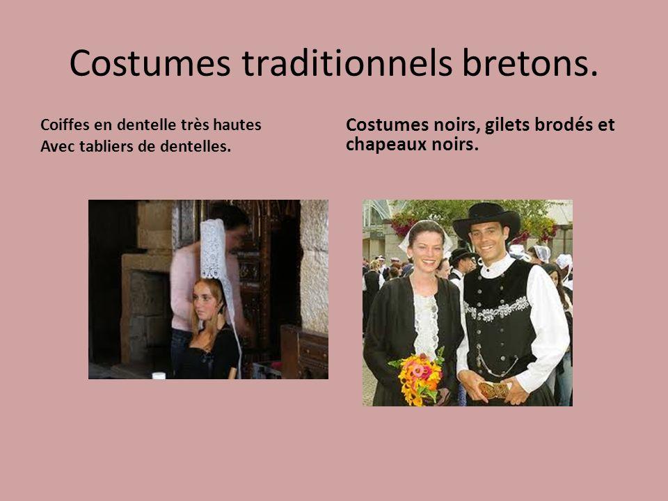 Costumes traditionnels bretons. Coiffes en dentelle très hautes Avec tabliers de dentelles. Costumes noirs, gilets brodés et chapeaux noirs.