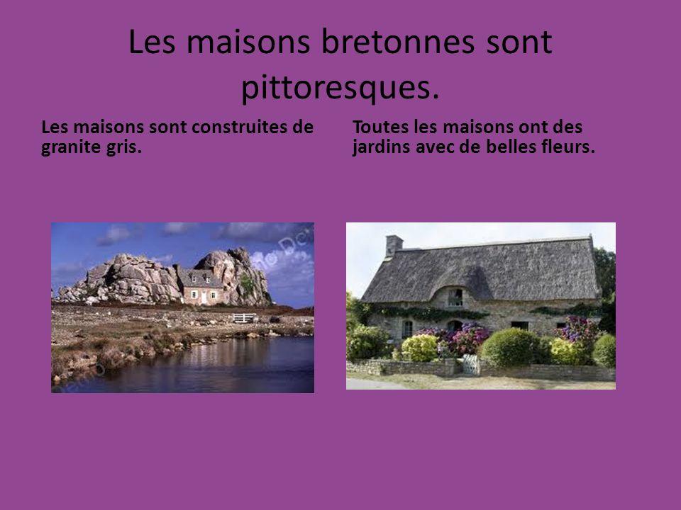 Les maisons bretonnes sont pittoresques. Les maisons sont construites de granite gris. Toutes les maisons ont des jardins avec de belles fleurs.