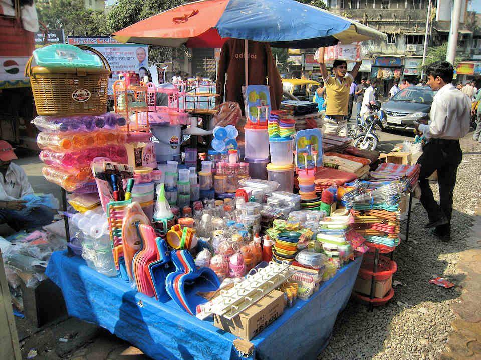 La matière plastique a envahi les marchés indiens.