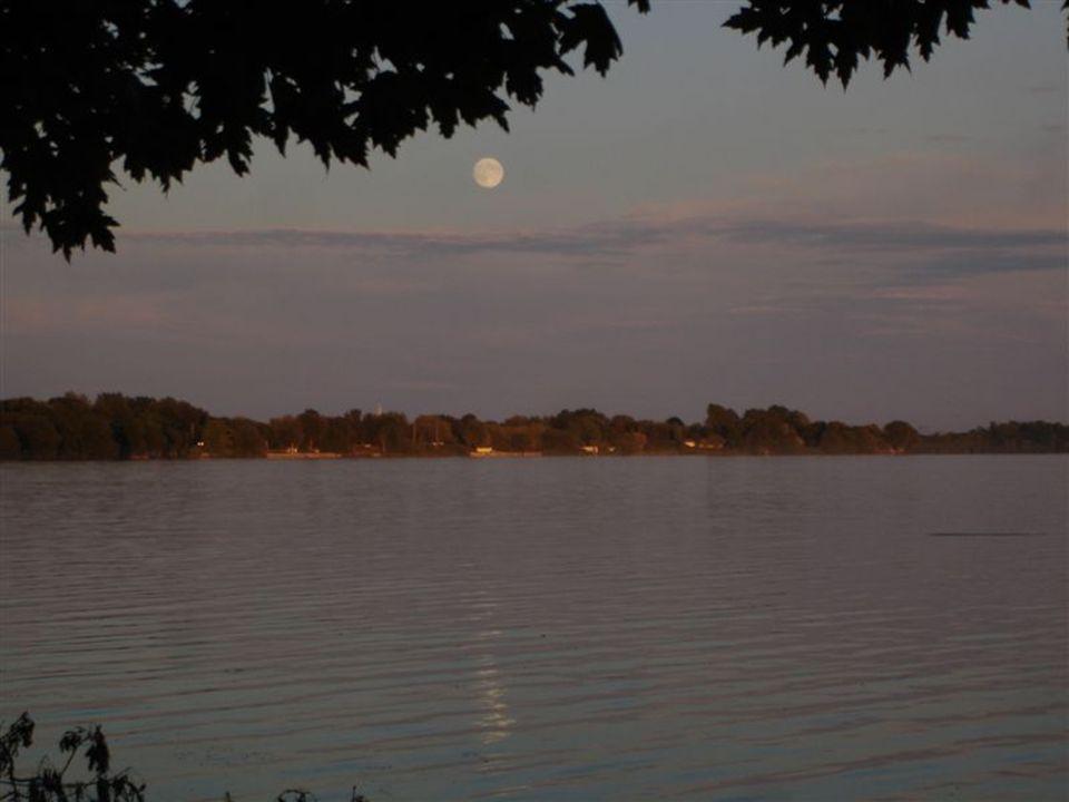 Nous avons entre amis/es fait un pique-nique au bord de leau Chez Jacques Cest toujours pour une pleine lune, par un beau temps clair.