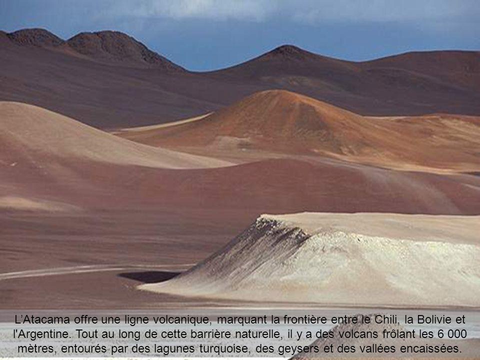 LAtacama offre une ligne volcanique, marquant la frontière entre le Chili, la Bolivie et l Argentine.