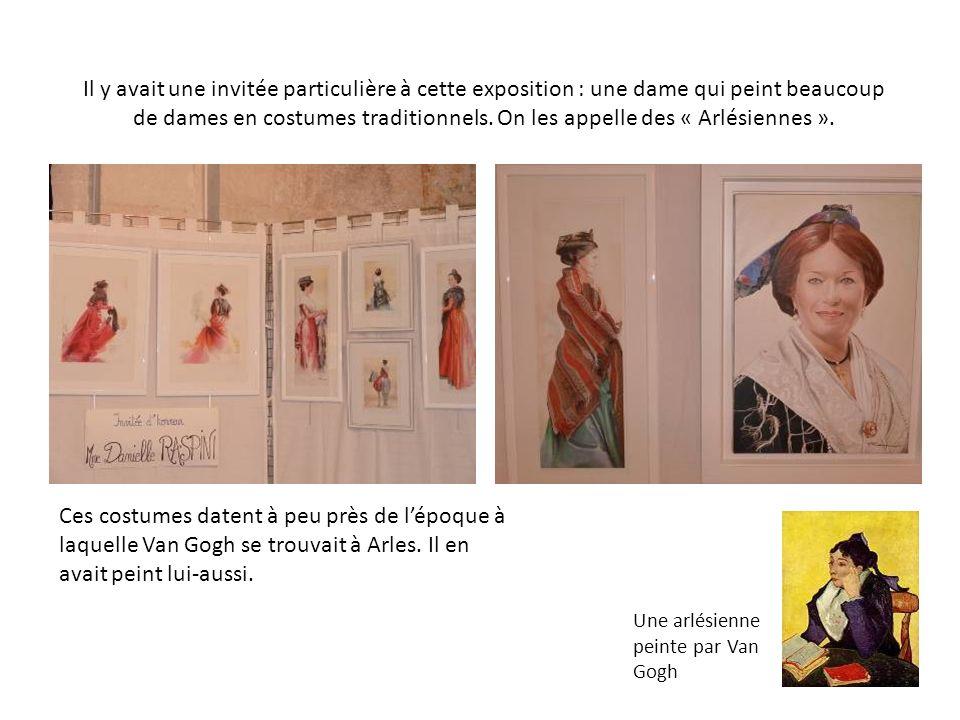 Il y avait une invitée particulière à cette exposition : une dame qui peint beaucoup de dames en costumes traditionnels. On les appelle des « Arlésien