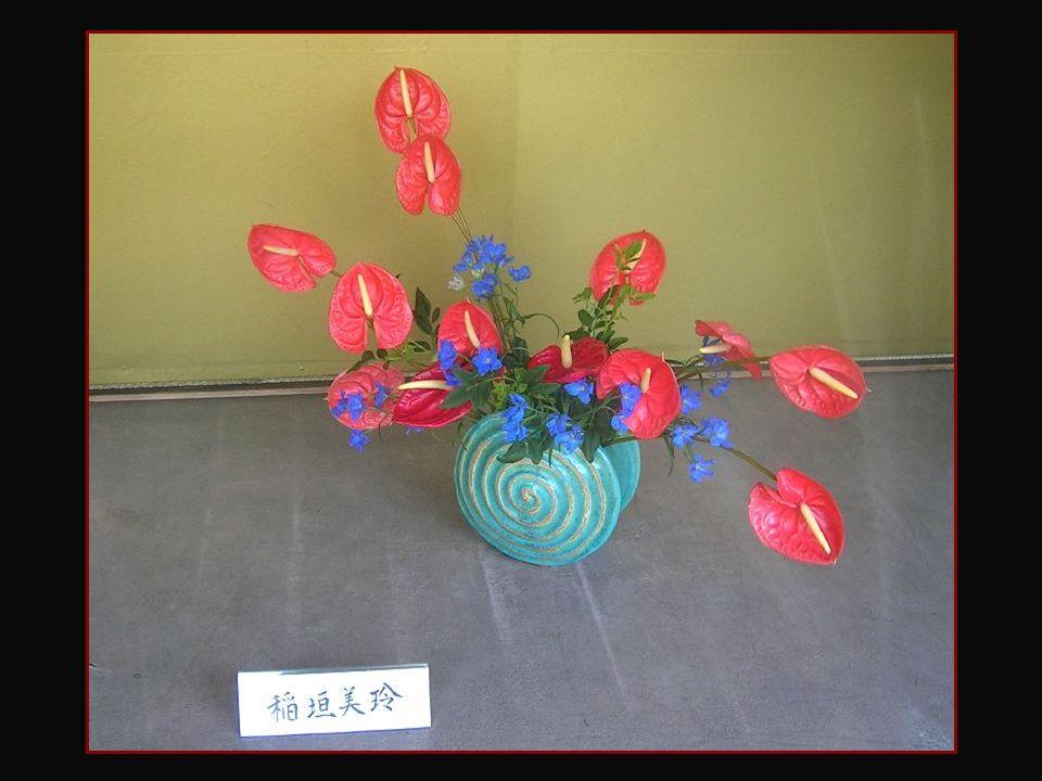 En France, la pratique et l'enseignement de l'ikebana furent introduits par Kikou Yamata, écrivain franco-japonaise qui en fit les premières démonstra