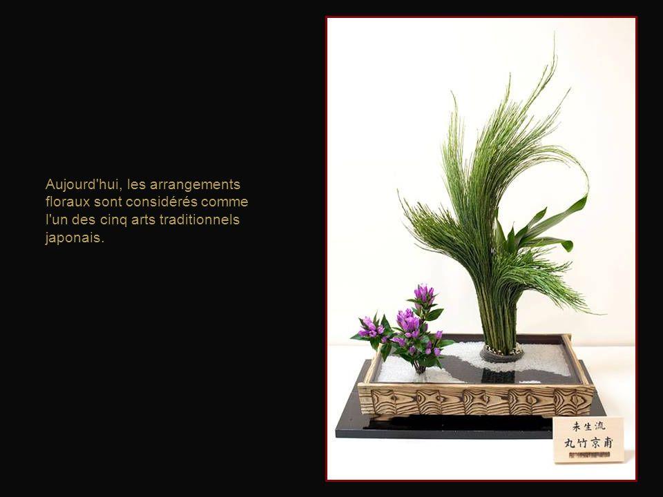 Au même titre que la cérémonie du thé et la calligraphie, likebana était un des arts que les femmes étudiaient traditionnellement à lécole en vue de s