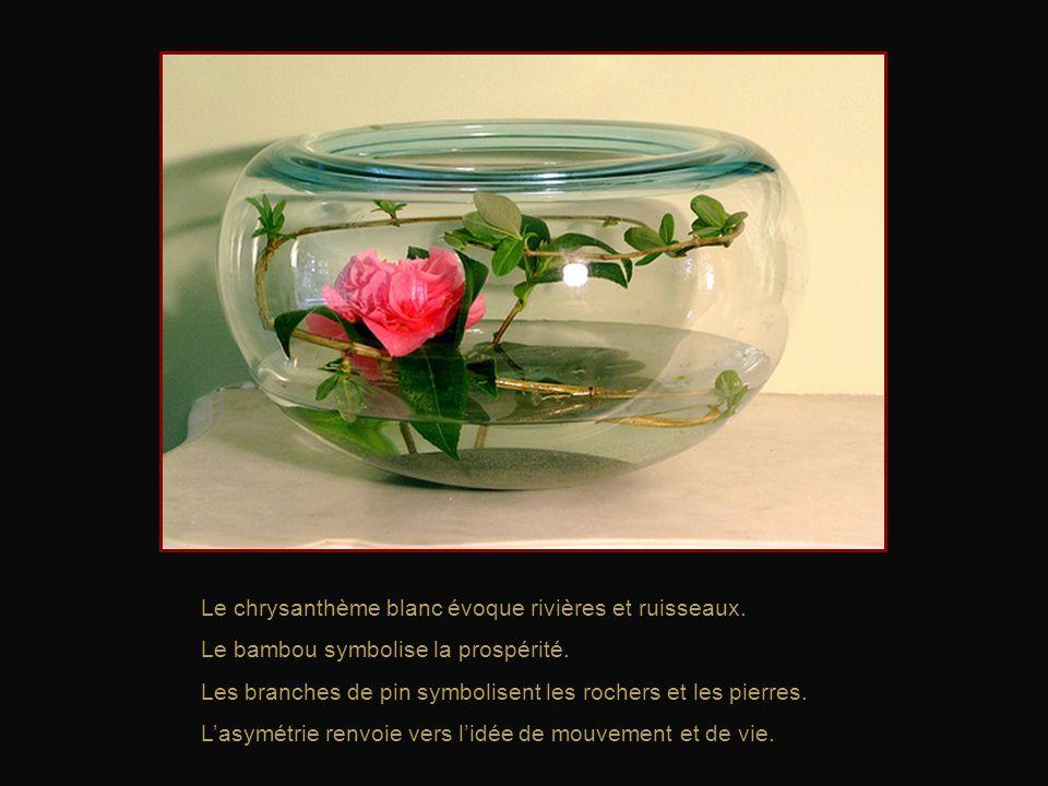 Le bourgeon et le bouton symbolisent lavenir, le futur. La fleur ouverte évoque lépanouissement. Le lichen fait référence au passé. Les fleurs de pêch