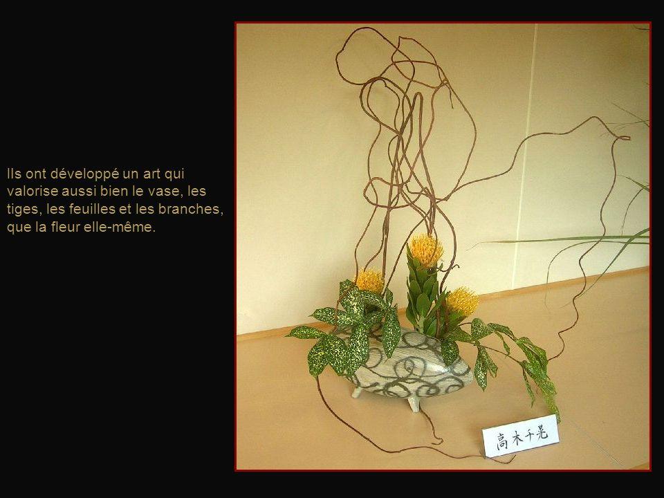 L'arrangement floral japonais crée une harmonie de construction linéaire, de rythme et de couleurs. Alors que les Occidentaux tentent d'accentuer la q