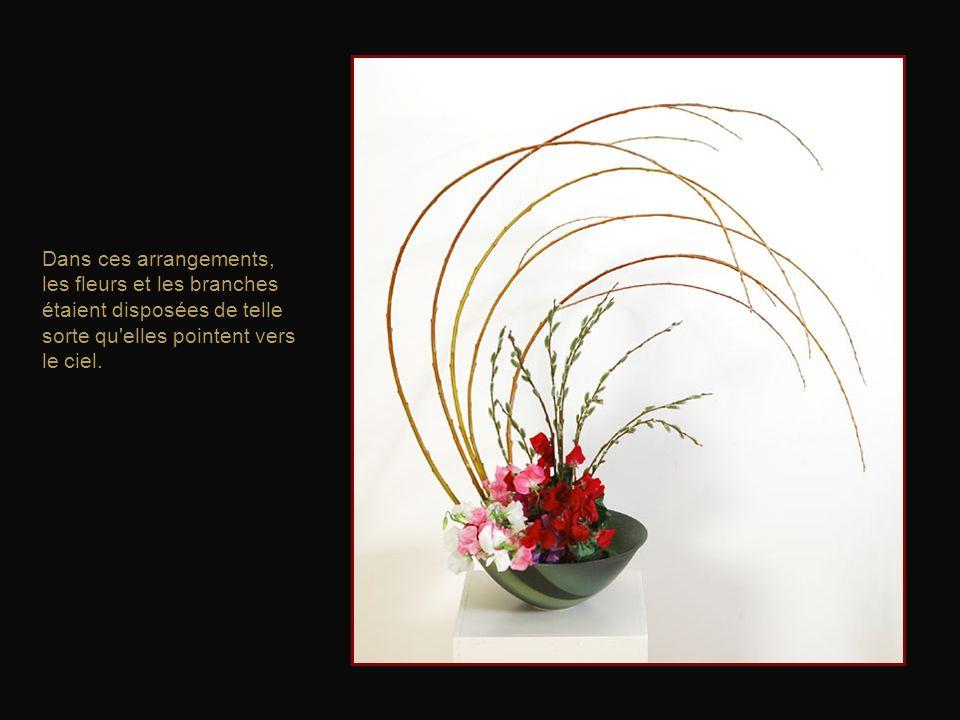 L'origine de l'ikebana est le kyōka, l'offrande de fleurs dans les temples bouddhistes, qui débuta au VIe siècle en Chine.