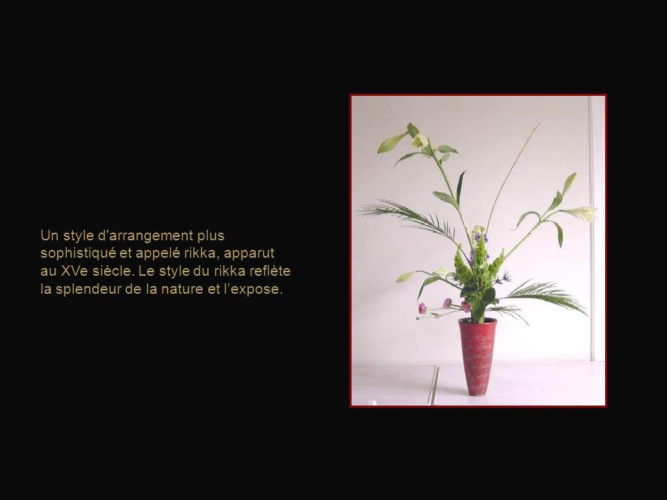 Dans ces arrangements, les fleurs et les branches étaient disposées de telle sorte qu'elles pointent vers le ciel.