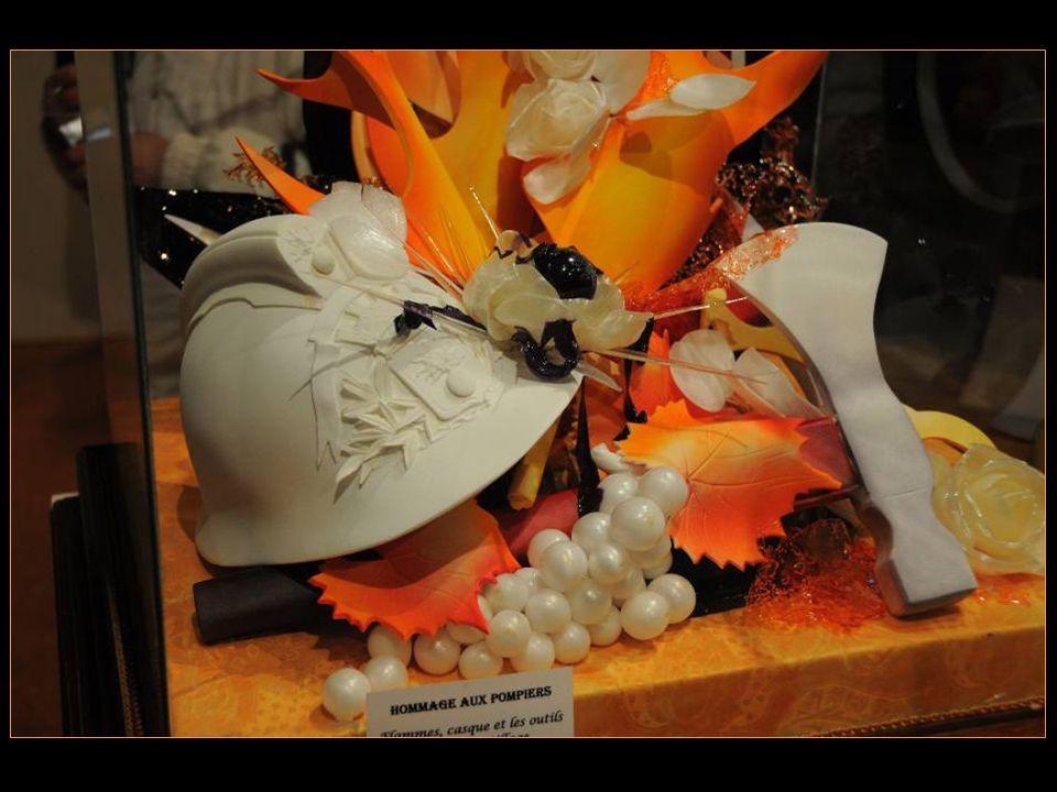 Hommage aux Pompiers Flammes, casque et les outils en Pastillage Feuillage et fleurs en sucre tiré