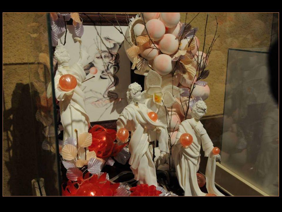 Dame Blanche Sujets, Tableau et Boules en Pastillage; Feuillage et fleurs en Sucre Tiré; Boules rouges en Sucre Soufflé